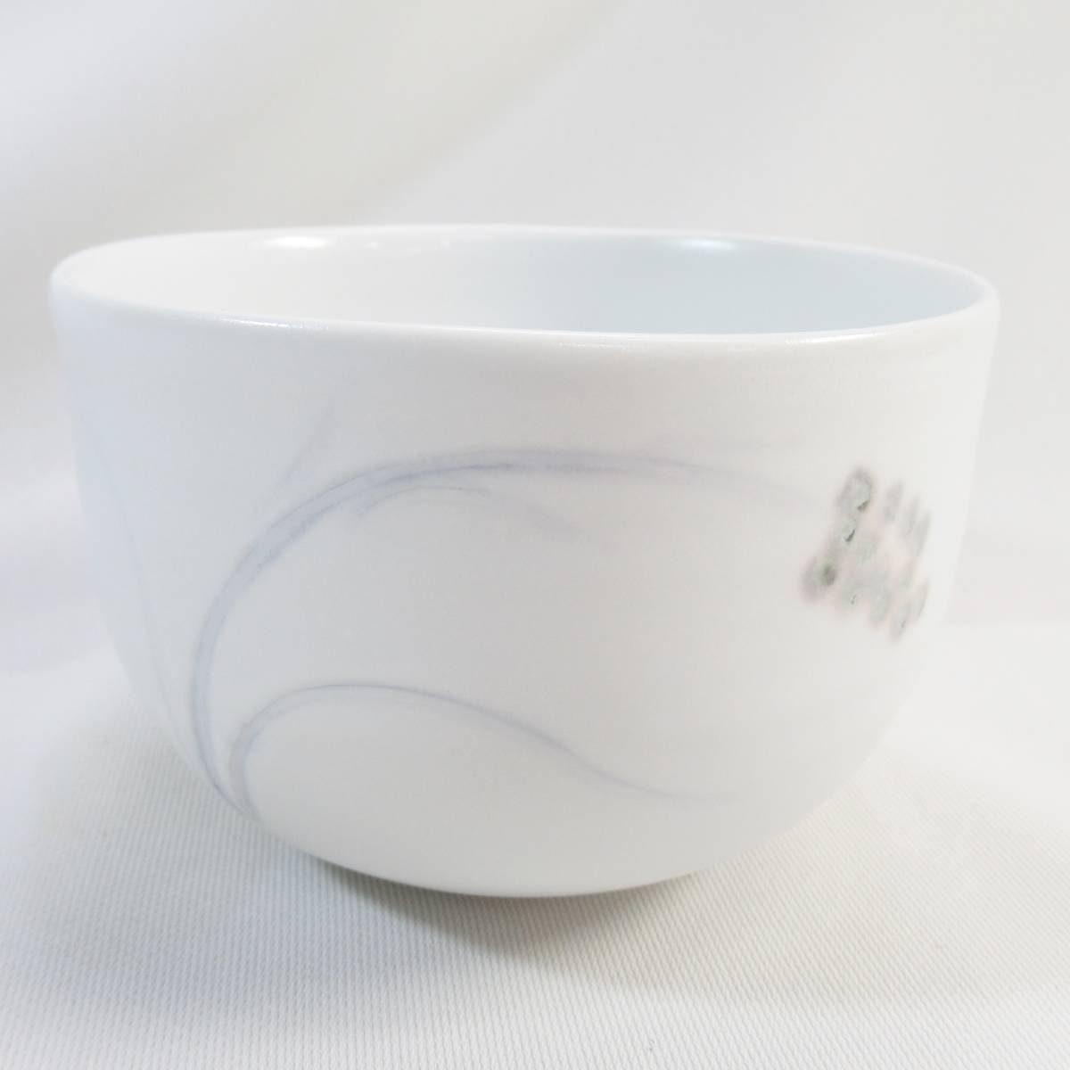 今日の買取情報はとてもステキな図柄の抹茶碗でした。出石焼 永山作 白磁鈴蘭図茶碗